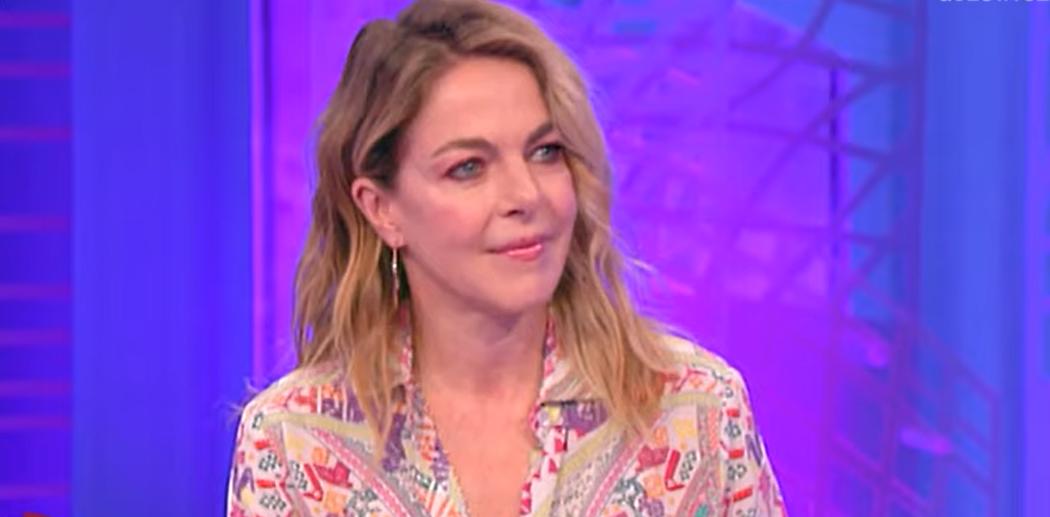 """Claudia Gerini vuole essere di nuovo mamma adottare ma non può. Il commento dell'attrice """"È assurdo"""""""