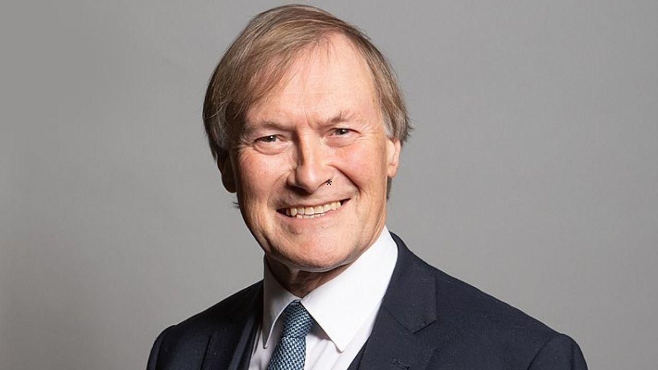 Sir David Amess: morto il parlamentare Tory accoltellato in una chiesa. Il comunicato della polizia