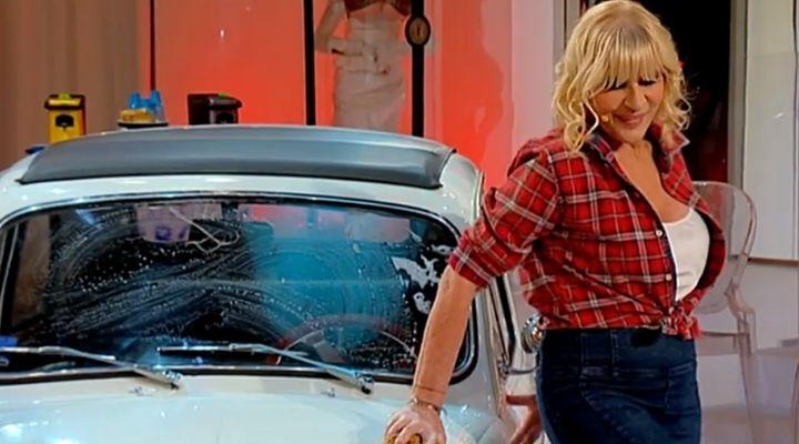 Gemma Galgani in versione sexy Car Washer a Uomini e Donne. Tina Cipollari le tira una secchiata: i video