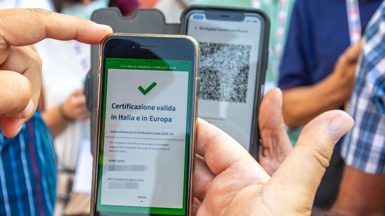 Rubate chiavi per generare i Green Pass: annullati i primi certificati falsi, controlli anche in Italia