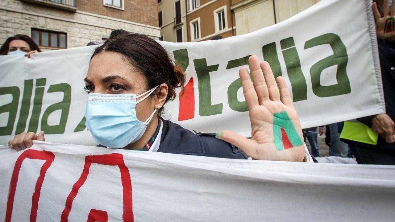 Hostess Alitalia si spogliano per protestare contro il fallimento e ITA: il flash mob in piazza Campidoglio