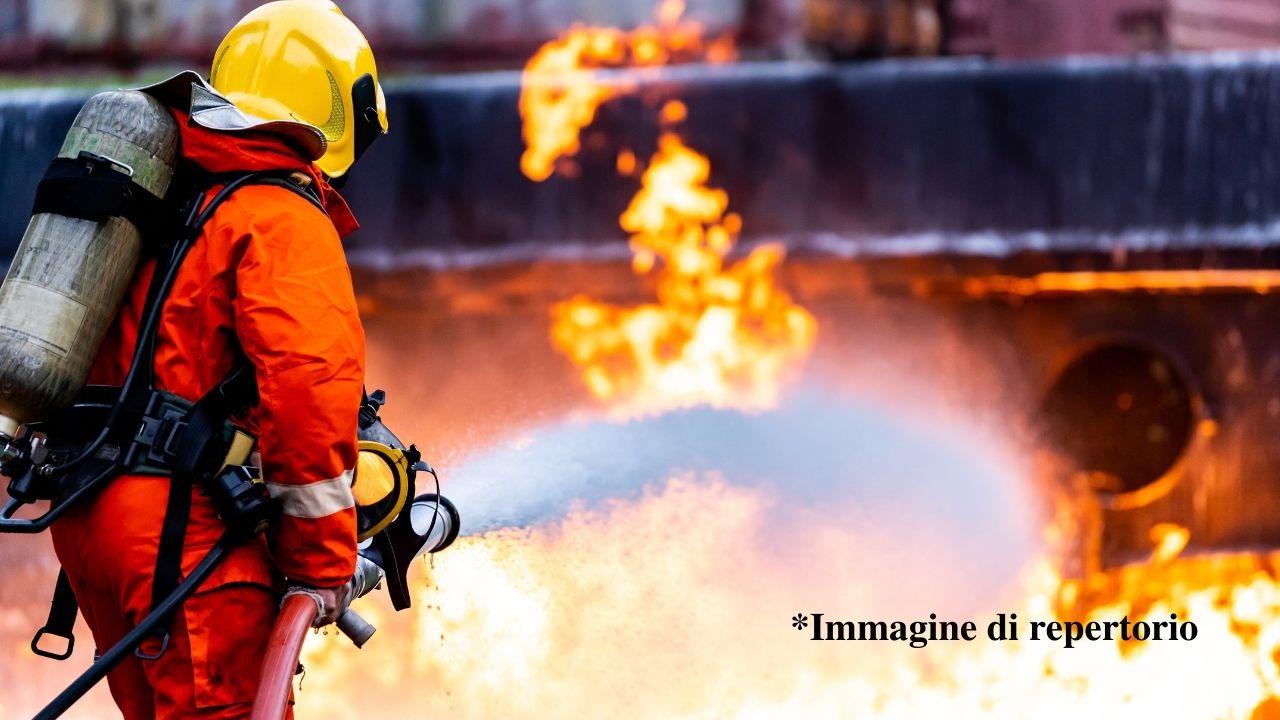Brucia un palazzo di 13 piani a Taiwan, sul posto 159 vigili del fuoco. Ci sono morti e feriti. Le immagini