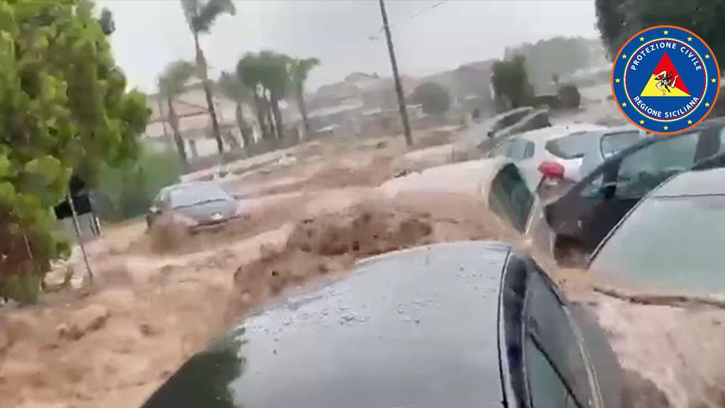 Maltempo, allerta rossa in Calabria e Sicilia: strade come fiumi, auto travolte e dispersi