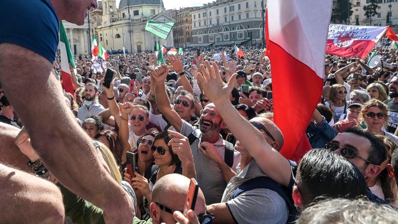 No Green Pass a Roma, corteo non autorizzato arriva a Palazzo Chigi. Scontri con la polizia
