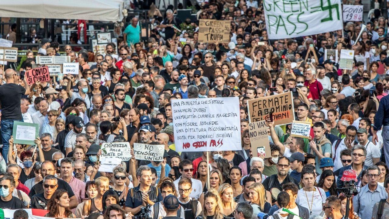 Tensioni a Roma tra polizia e manifestanti No Green Pass. Assaltati agenti fuori Piazza del Popolo