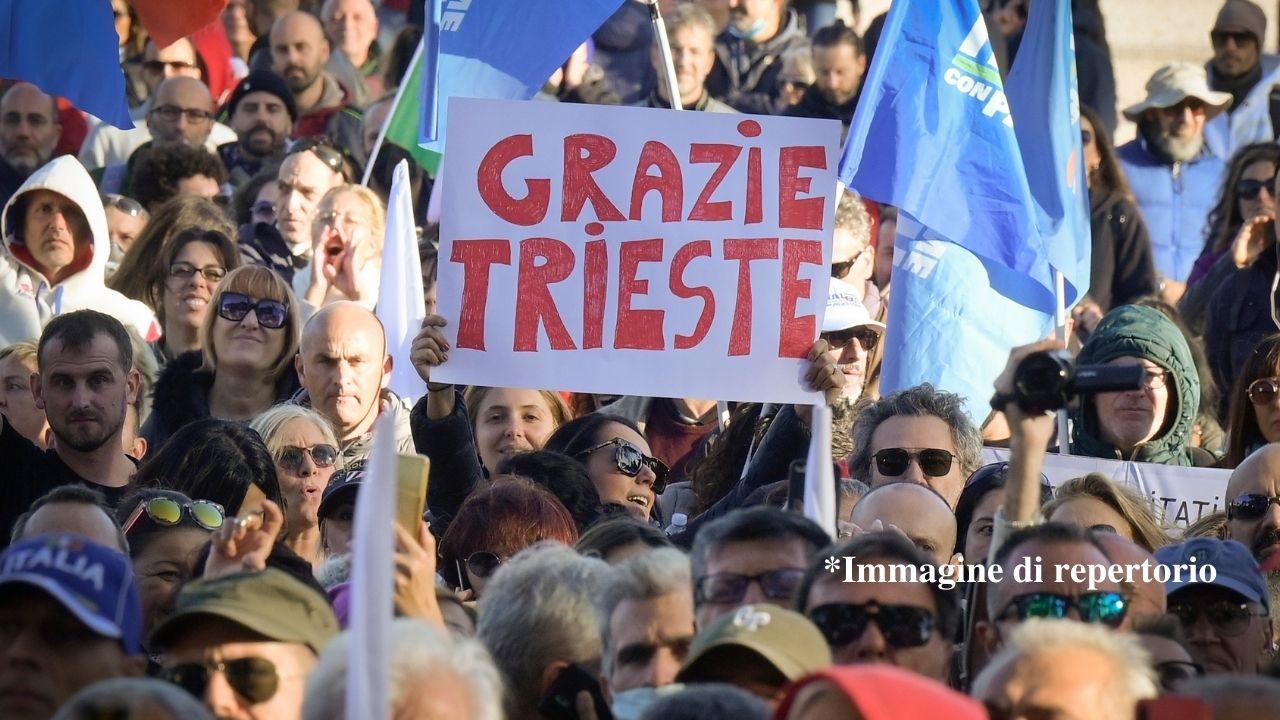 Trieste, No Green Pass: la polizia sgombera il presidio. Usati idranti per disperdere la folla, le immagini