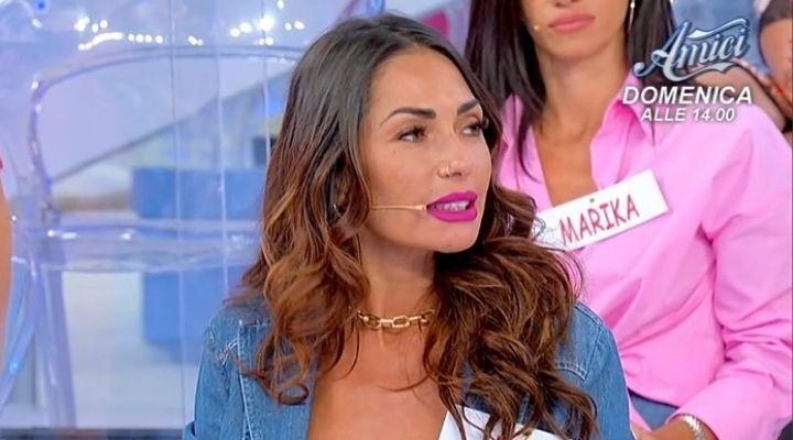 """Maria De Filippi interviene su Ida Platano, anche Tina Cipollari lancia un affondo: """"Statte calma"""". Commento 4 ottobre"""