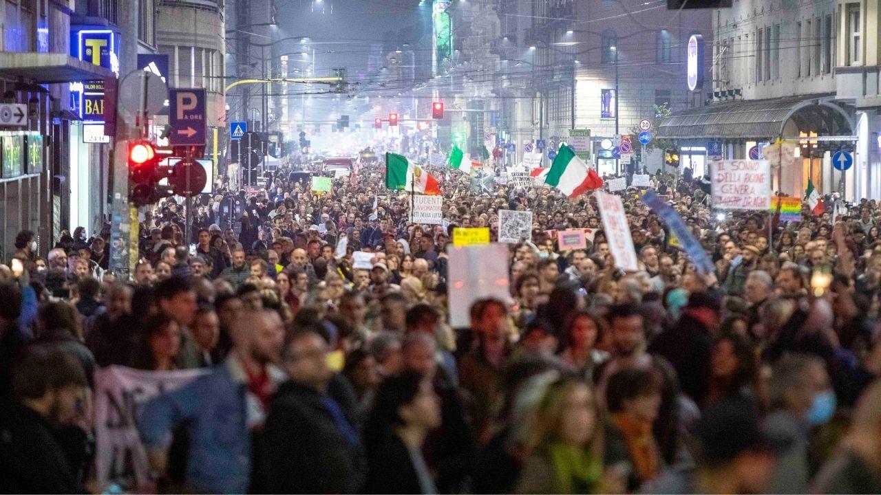 No Green Pass a Milano, un arresto alla manifestazione: denunciate 83 persone, anche per apologia del fascismo