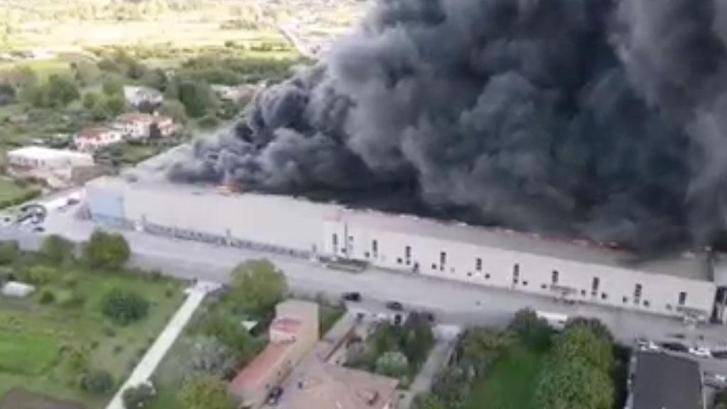 """Nube tossica per un vasto incendio in un deposito di plastica, allerta dei biologi: """"Grave pericolo"""""""