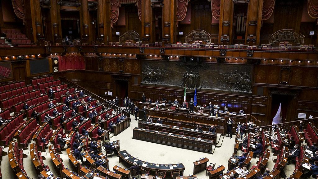 Parità salariale approvata all'unanimità alla Camera, il testo passa al Senato: cosa prevede