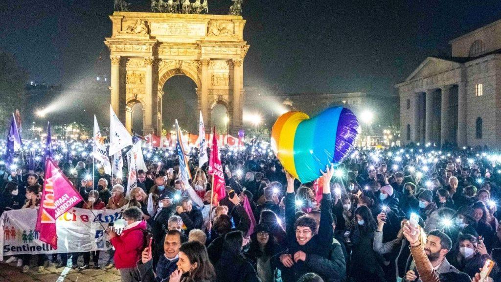 Migliaia in piazza da Milano a Roma per protesta dopo la votazione del Ddl Zan: cori contro Renzi e la destra
