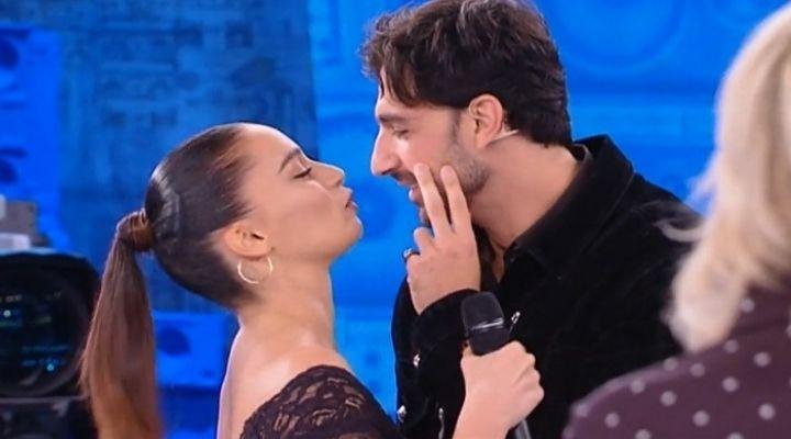 Raimondo Todaro e Francesca Tocca si baciano ad Amici su spinta di Pio e Amedeo. Commento puntata 24 ottobre