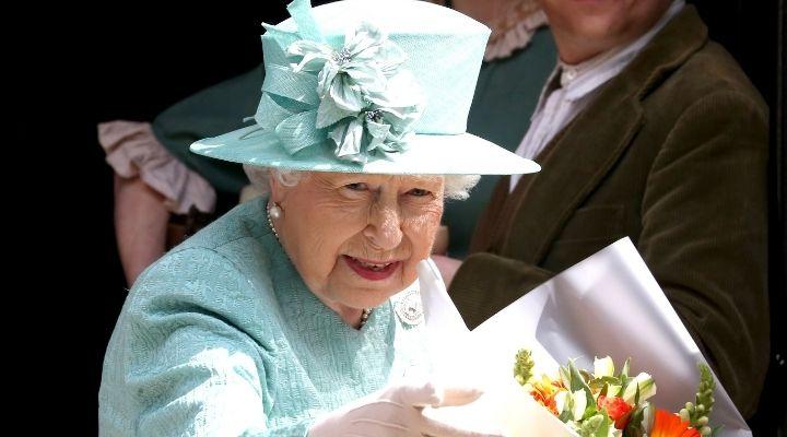 La Regina Elisabetta con il bastone da passeggio: è la prima volta in una cerimonia pubblica, le immagini