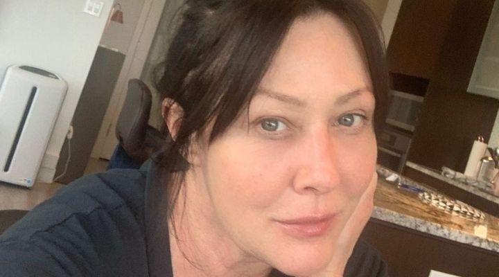 Shannen Doherty e la decisione di radersi i capelli: il racconto dell'attrice nella lotta contro il cancro