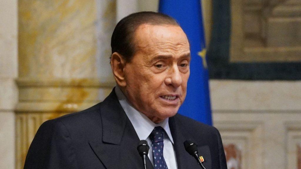 """Silvio Berlusconi contro i No Green Pass: """"Irresponsabili da sanzionare"""". E fa un paragone con Auschwitz"""