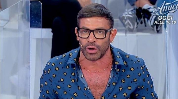 Uomini e Donne anticipazioni 28 ottobre: Gianni Sperti attacca un corteggiatore in puntata, sta mentendo?