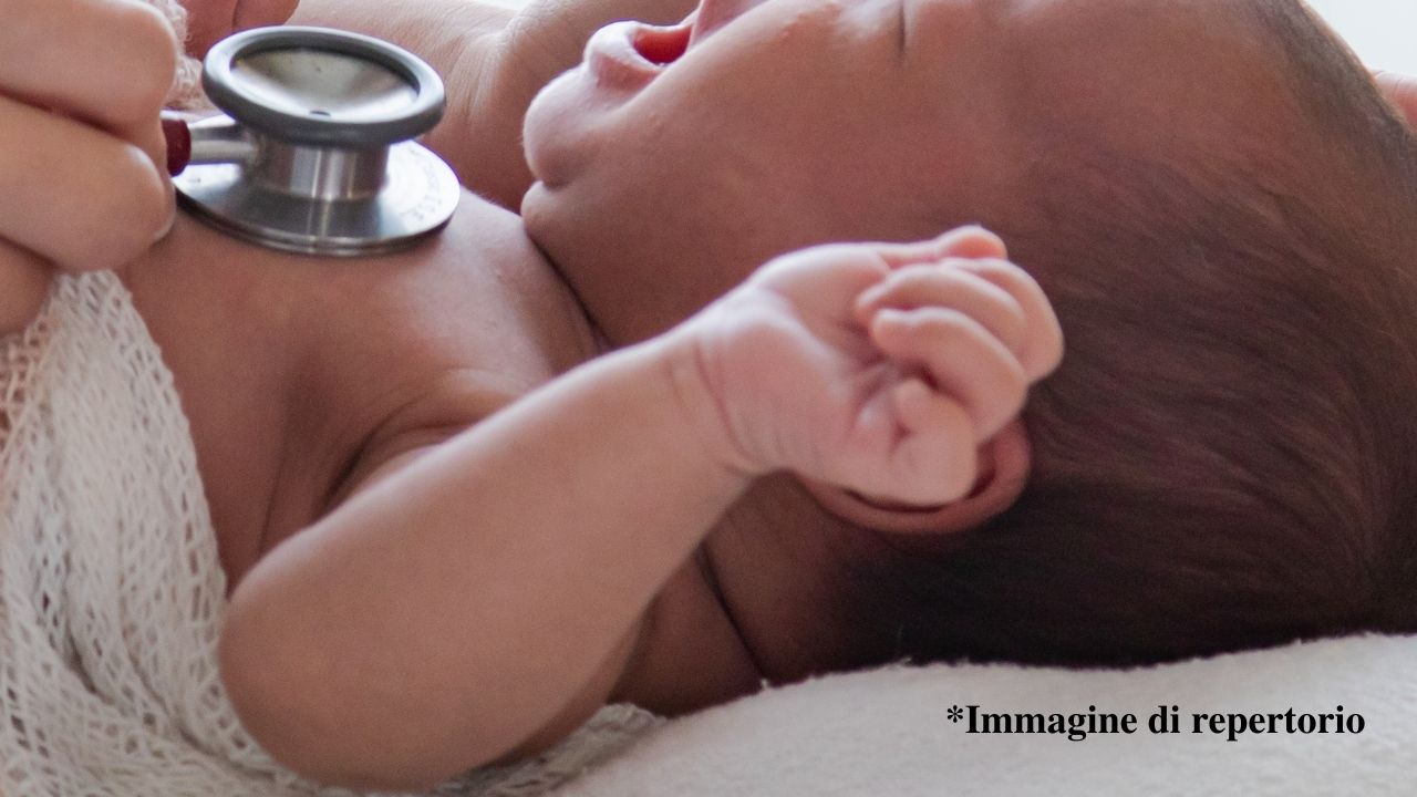 Virus Sinciziale: che cos'è il virus respiratorio che sta colpendo i neonati. Quanto è pericoloso